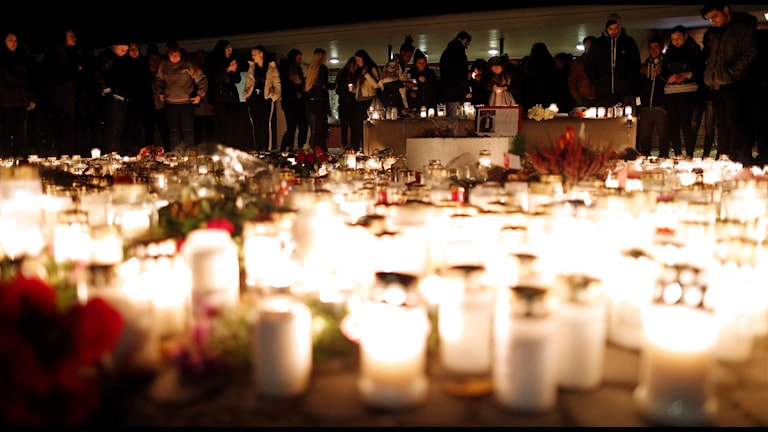 Tända ljus i Trollhättan Foto: Adam Ihse/TT