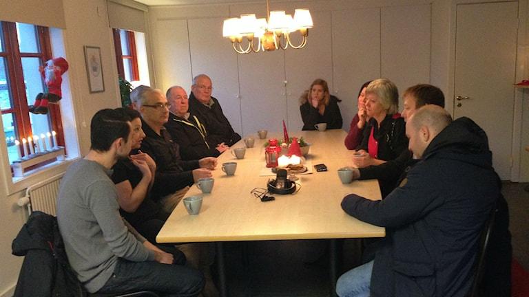 Familjen Ghazali, Annika Qarlsson (C) och fler involverade. Foto: Anton Svensson / SR