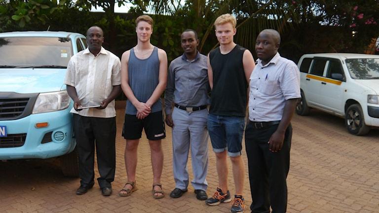 Albin Ragnarsson och Anton Ingemanson på plats i Kenya tillsammans med kommunens ingenjör, chef och en chaufför. Foto: okänd.