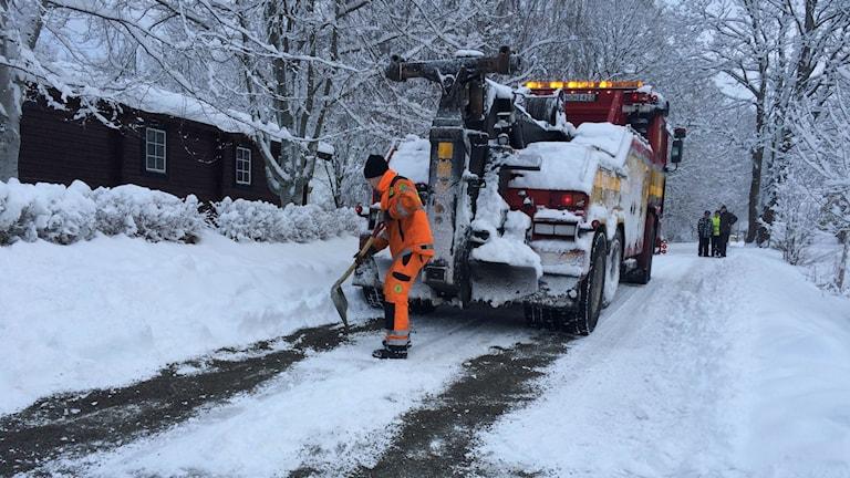 Bärgaren Johan Håkansson arbetar med att få bort snö från vägen. Foto: Sara Lundin/SR