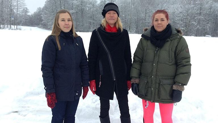 Therese Johansson, Ingela Magnusson och Emma Andersson framför grusplanen som ska bli tennisplaner. Foto: Anna Engström/SR