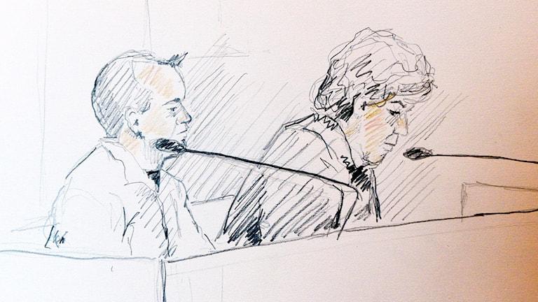 Tecknad bild av den åtalade med sin advokat i Stockholms tingsrätt Foto: Ingela Landström/TT
