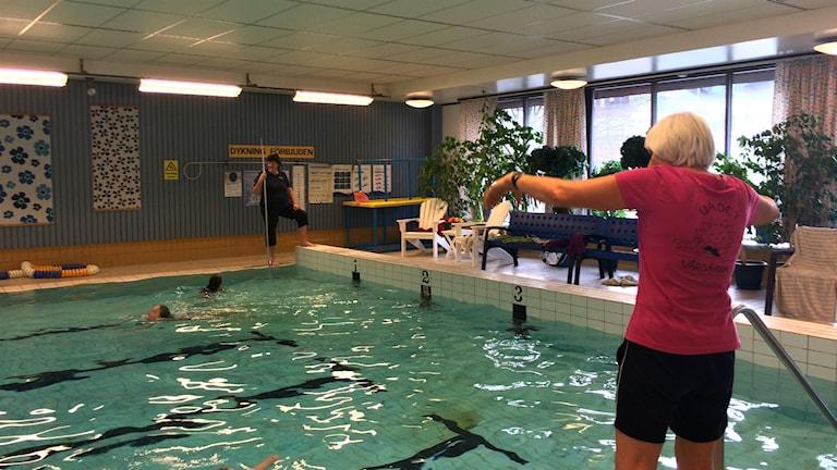 Annika Stenbäcken och Marianne Oscarsson lär elever att simma. Foto: Melissa Gustafsson/SR