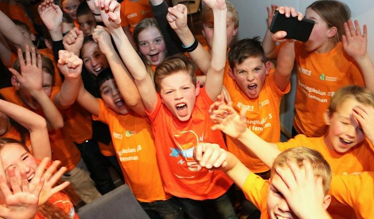 Glada vinnare i Tranängsskolan klass 5B. Foto: Niclas Odengård / SR.