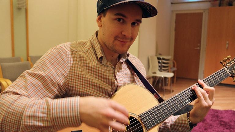 Mathias Melo med gitarr. Foto: Sofia Kristiansen/SR