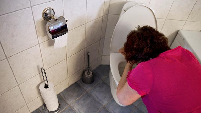 Person som kräks i toalettstol