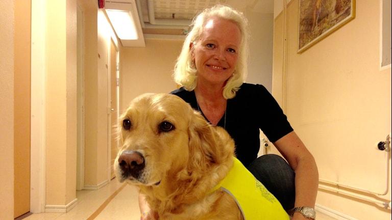 Susanne Espling från Missing people med sin gula golden retriver Melody. Foto: Olivia Ochoa/SR.