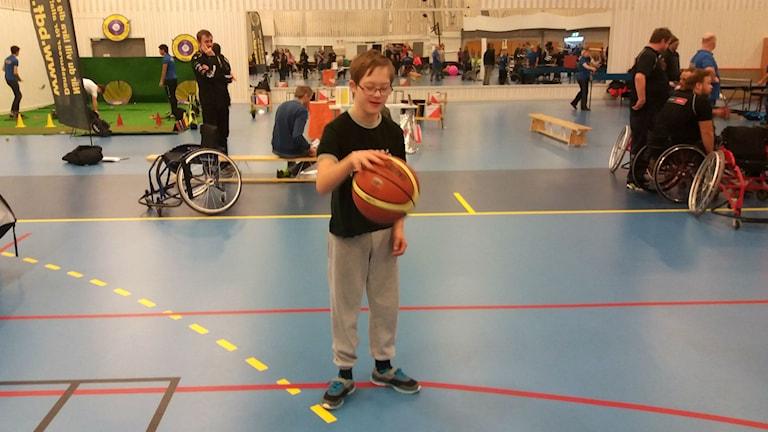 Erik spelar basket, idrott för alla.