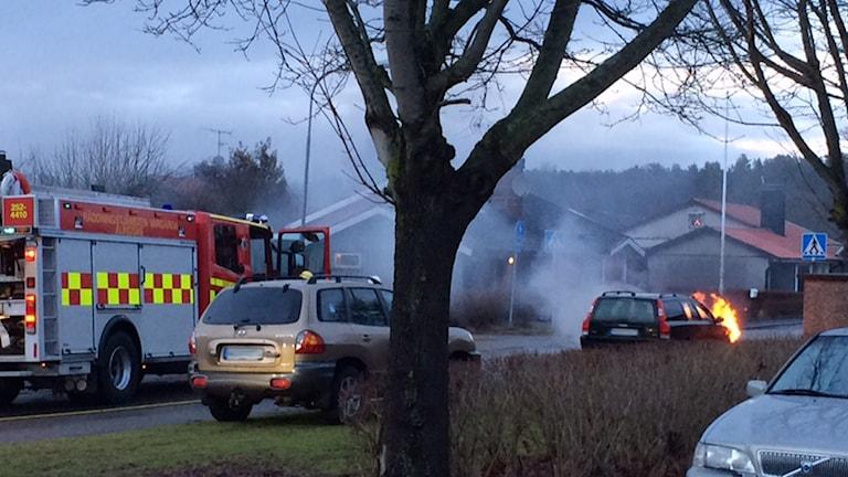Bil som brinner utanför Kulturen i Vårgårda