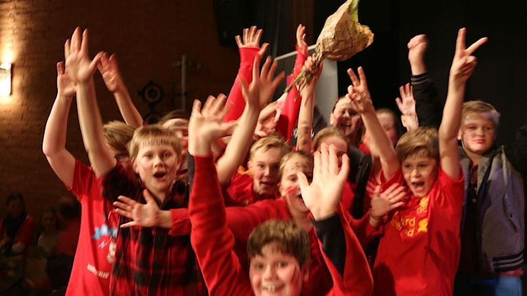 Glädjen var stor när Nårunga vann Sjuhäradsfinalen av Vi i femman. Foto: Malin Björk / SR.
