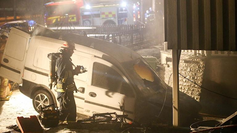 Bilen stod i carporten när den började brinna.