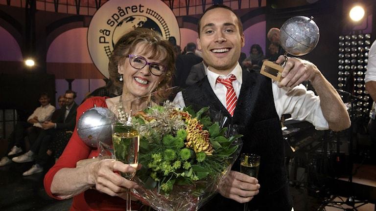 Elisabeth Höglund och Jesper Rönndahl efter förra årets seger i På spåret. Foto: Bo Håkansson/TT