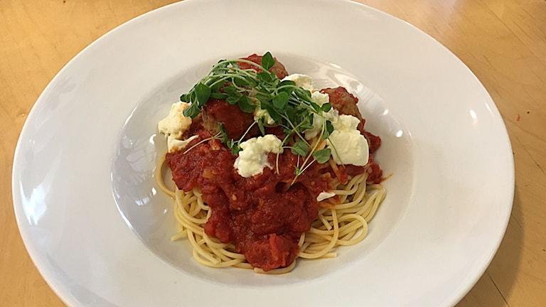 Kalvfärsbullar i tomatsås med spagetti.