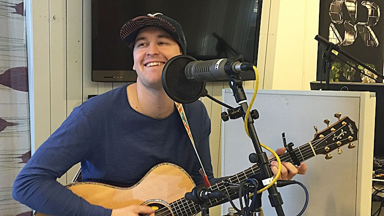 Mathias Melo spelar och sjunger.