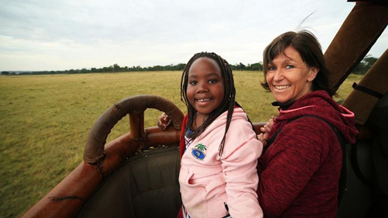 Tina Frisk med dottern Agda i en bil i Kenya.