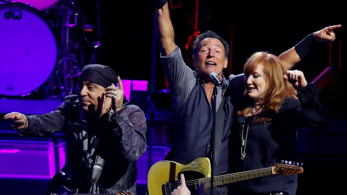 Bruce Springsteen med Patti Scialfa och Steve Van Zandt på en spelning i Pittsburgh