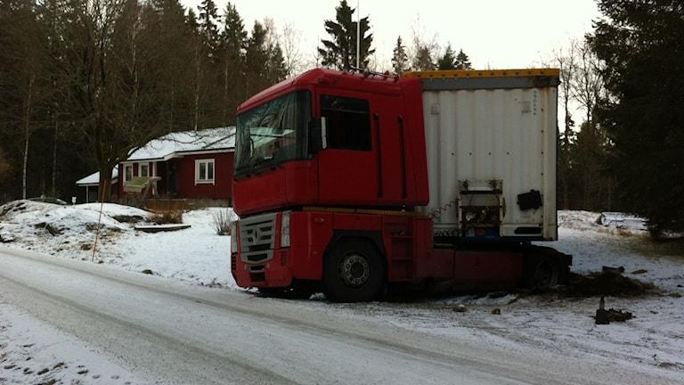 Lastbilen körde fast i trädgården