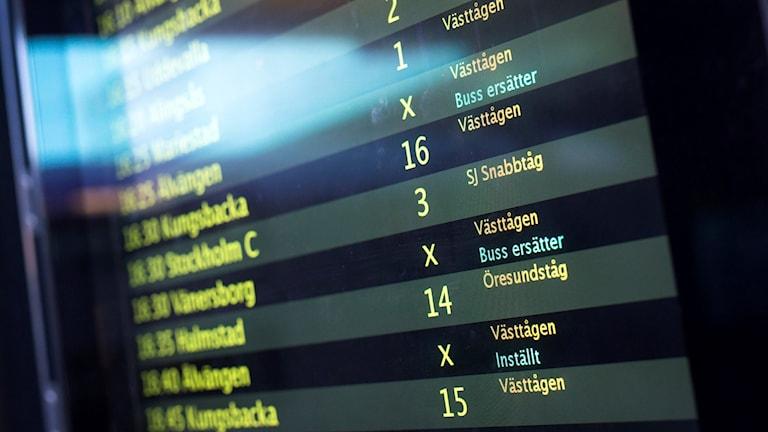 Arkivbild. Informationstavla visar inställda tåg.