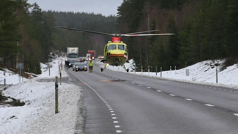 Ambulanshelikopter kallades till olycksplatsen utanför Tranemo. Foto: Henrik Åslund