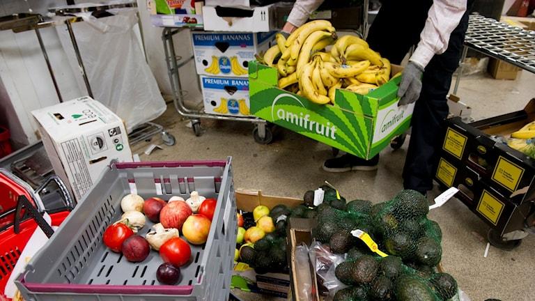 Lådor med frukt och grönsaker.