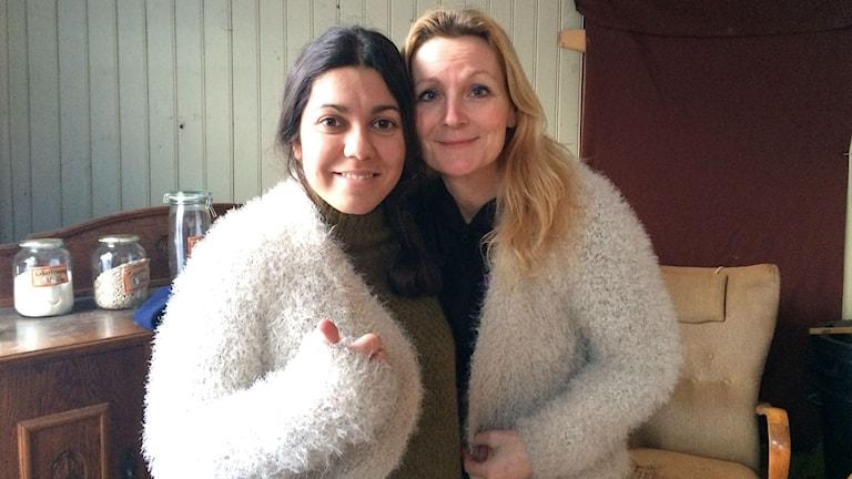 Reporter Melissa Gustafsson och programledare Caroline Aronsson delar på en tröja.