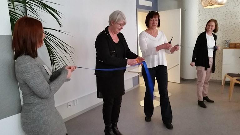 Annette Carlsson (M) och Lena Palmén (S) klippte bandet till den nya relationsvårdsenheten.