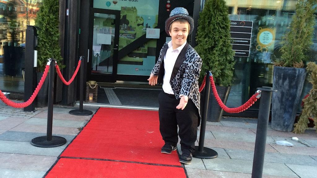 """Leo kallar sig """"partydvärg"""" och jobbar som dörrvakt. Foto: Niclas Odengård"""