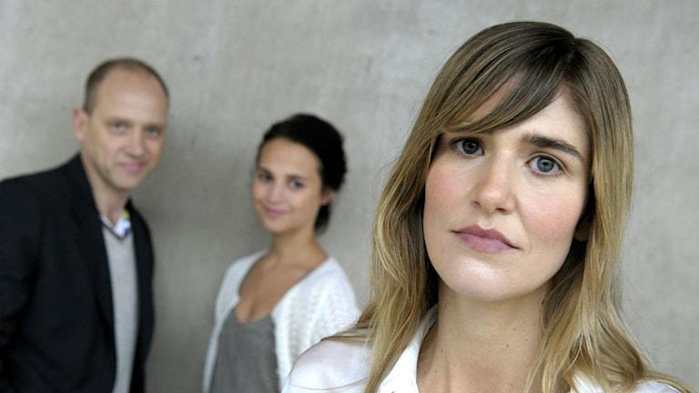 Lisa Langseth, i bakgrunden Alicia Vikander och Samuel Fröler.