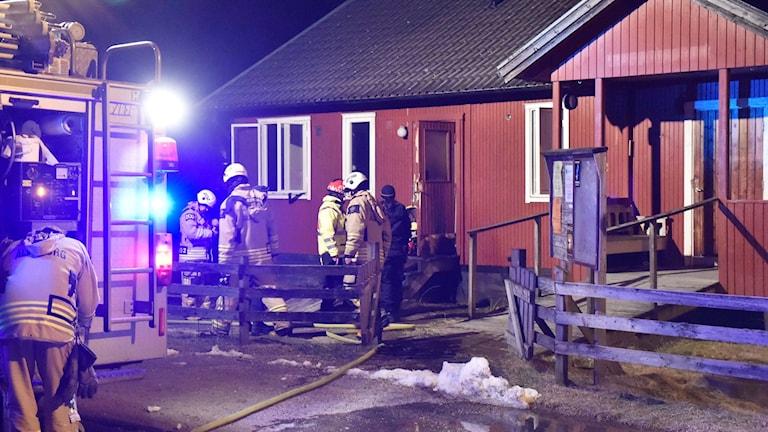 Det brann i dörren till det gamla församlingshemmet.