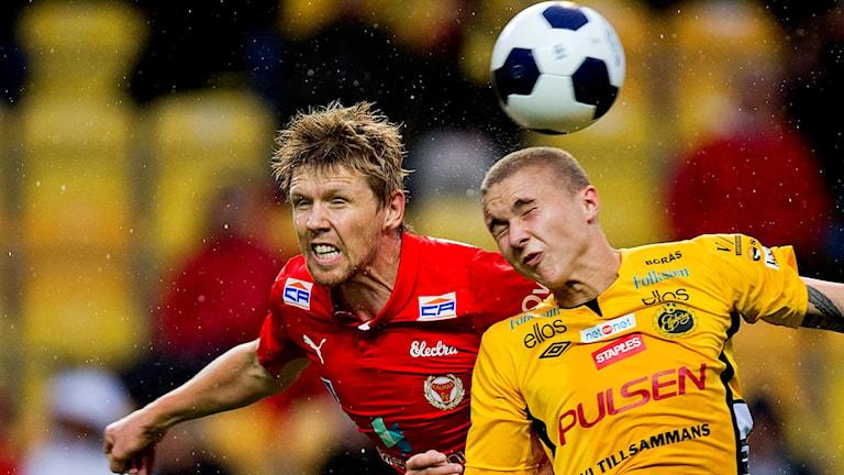 Kalmars David Elm och Elfsborgs Sebastian Holmén i allsvenska fotbollsmatchen mellan Elfsborg och Kalmar 2015.