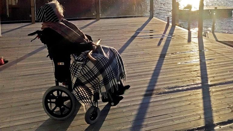 Arkivbild. Äldre kvinna i rullstol.