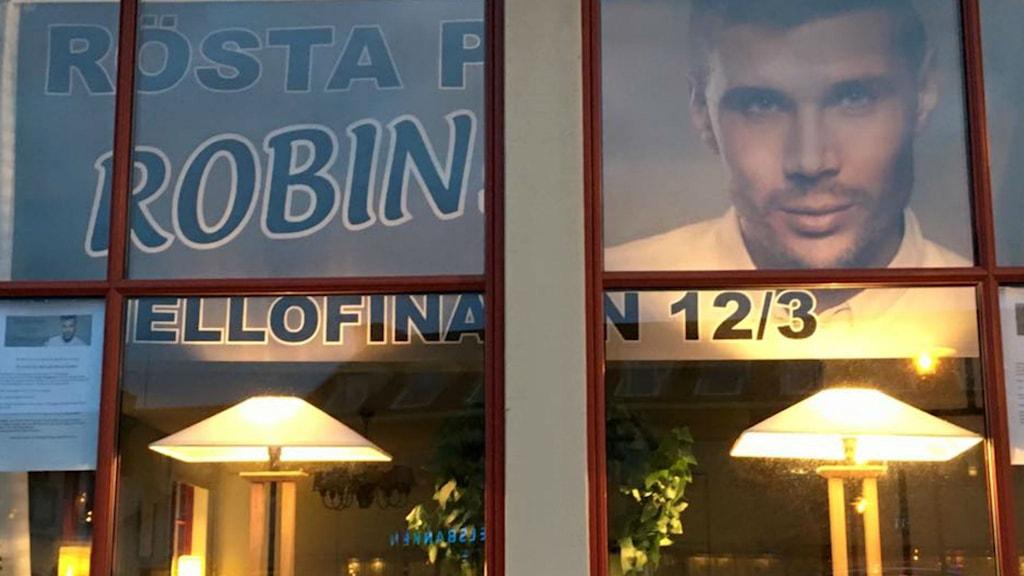 Fönstret utanför lokalen där Svenljunga ska heja fram Robin