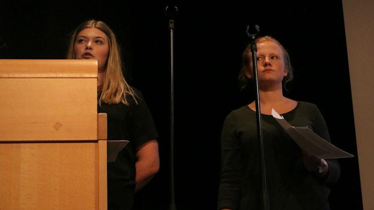 Elin Stenseke och Stina Gustafsson från Sundlergymnasiet. Foto: Eric Porali.