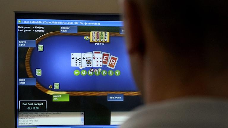 Arkivbild. En anonym spelmissbrukare spelar poker på nätet.