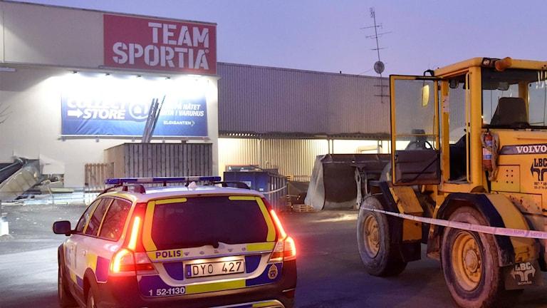Hjullastaren som stals på ett närliggande företag gjorde ett ordentligt hål i väggen på baksidan av Elgiganten. Foto: Joakim Eriksson/Agena Foto.