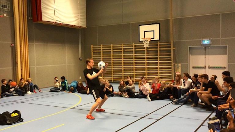 Emil Jylhänlahti trollar med bollen.
