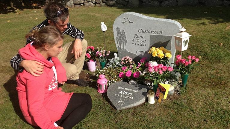 Hanna Gustafsson och sambon Johan Lundgren vid dotterns grav.