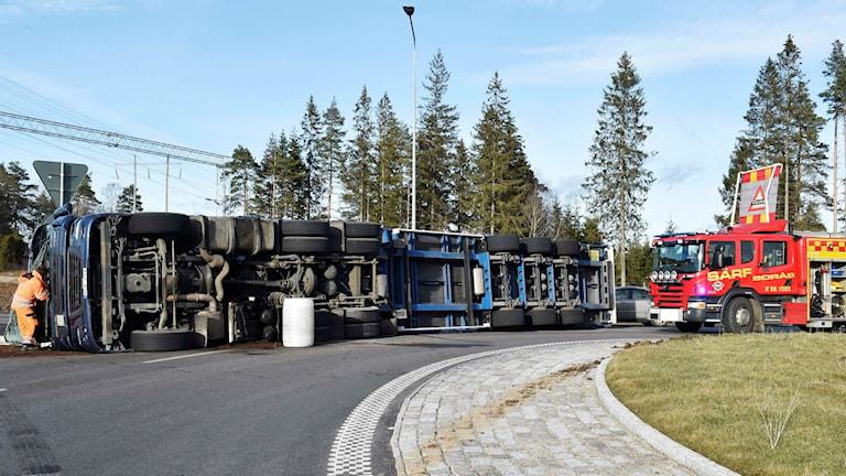 Lastbilen välte i rondellen vid riksväg 27. Foto: Joakim Eriksson