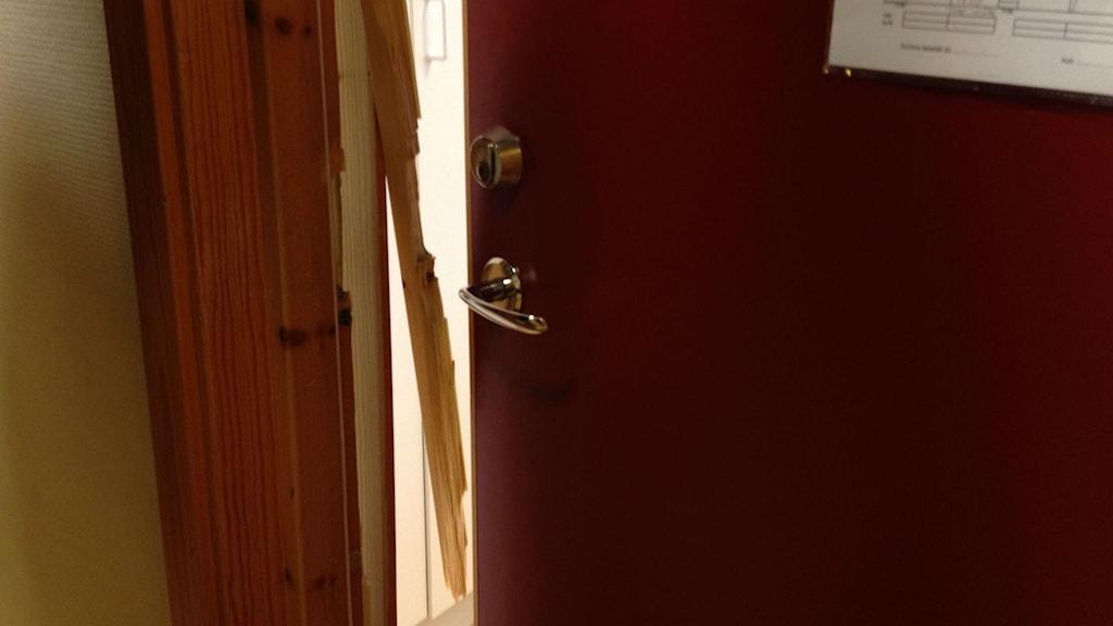 Uppbruten dörr.