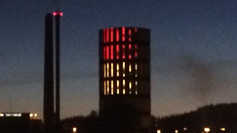 Ackumulatortank upplyst med Belgiens färger för att hedra terroroffer.
