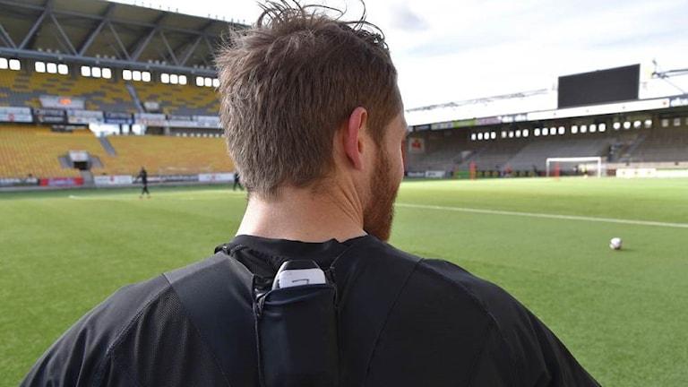 Elfsborgs Marcus Rohden testar den nya gps:en som kommer att följa spelarnas fysiska prestationer.