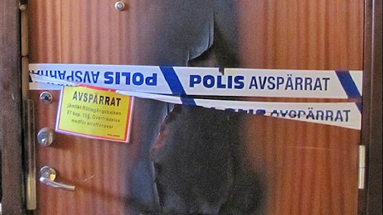 Ytterdörren till lägenheten där brandattentatet i Borås skedde 2012.
