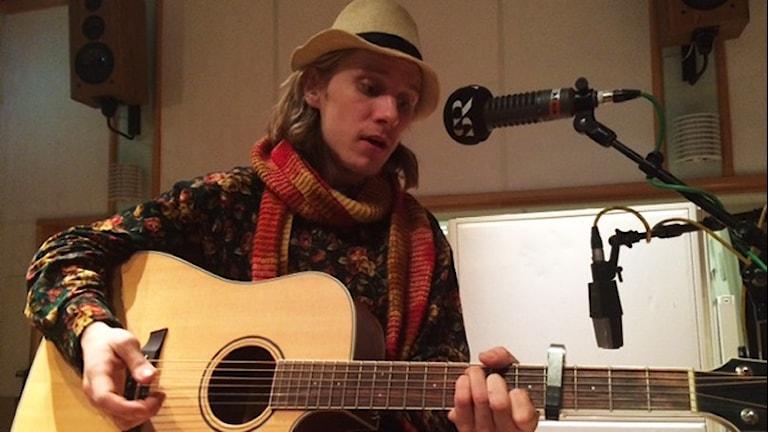 Jaz Mcdow spelar akustisk gitarr och sjunger i P4 Sjuhärads studio.