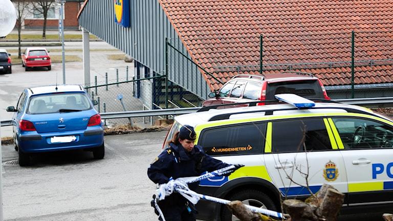Polisen sökte efter rånarna med hundpatrull.