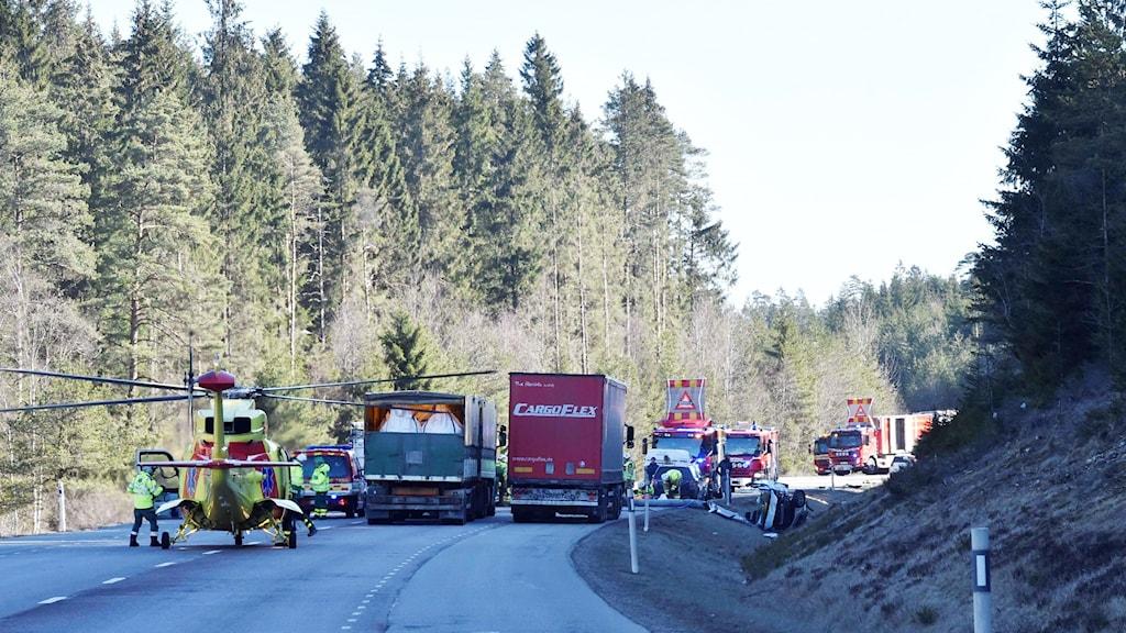 Helikopter och räddningstjänst på plats på Rv 41.