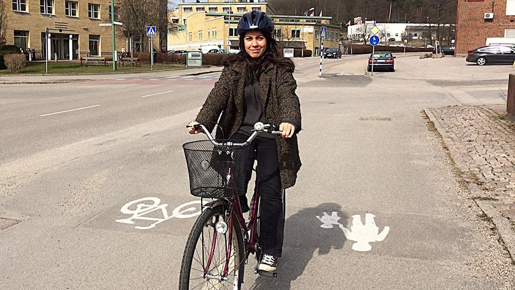 Reporter Melissa Gustafsson tar en cykeltur i vårsolen.