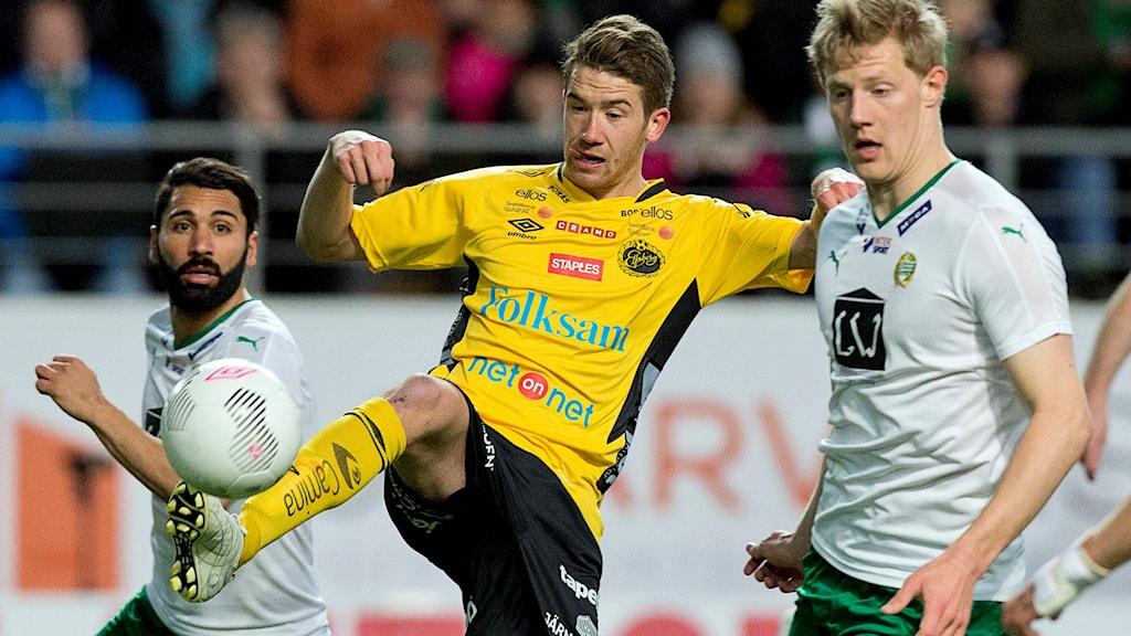 Elfsborgs Marcus Rodén i kamp mot Hammarbys Stefan Batan och Birkir Már Saervarsson hemmapremiären 2015 mellan IF Elfsborg och Hammarby IF på Borås Arena 2015.