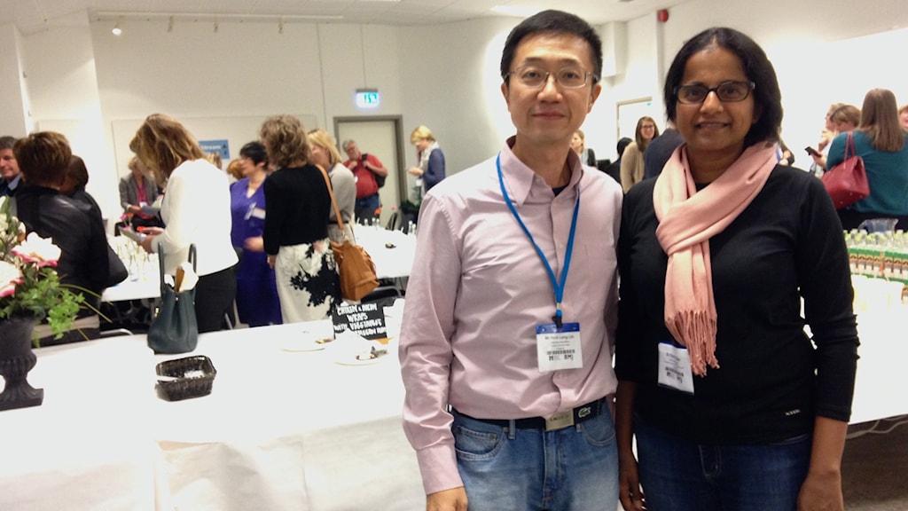 Dr. Leng från Singapore och Dr. Kapelyn från Australien minglar under lunchen.