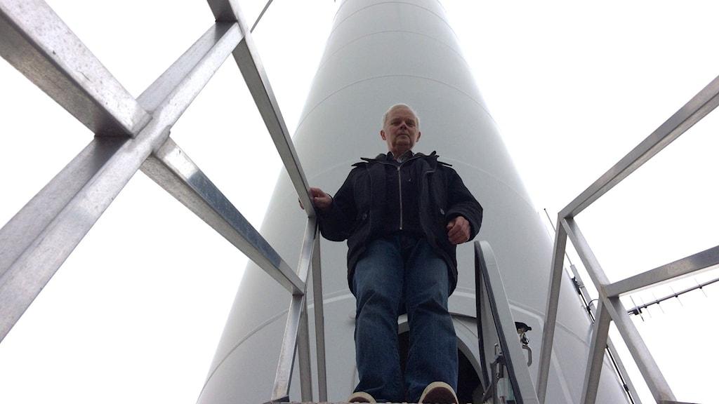 Bengt Henriksson vindkraftsägare vid sitt vindkraftverk.