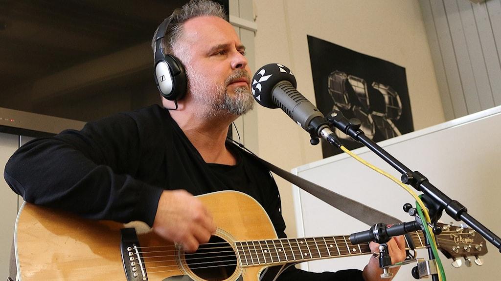 Hawk Håkan Soold spelar akustisk gitarr i P4 Sjuhärad.
